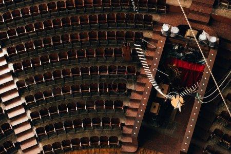 Photo pour Vue du dessus de l'entrée et rangées de sièges vides dans le cirque - image libre de droit