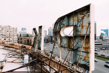 Photo pour Caractère sélectif des lettres sur le toit d'un bâtiment avec la rue en arrière-plan - image libre de droit