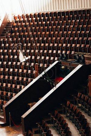 Photo pour Vue grand angle de l'entrée et sièges vides dans le cirque - image libre de droit