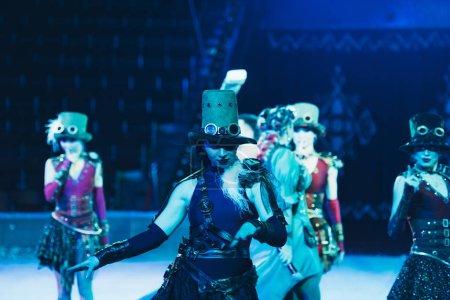 Photo pour KYIV, UKRAINE - 1er NOVEMBRE 2019 : Mise au point sélective des danseurs en costumes jouant au cirque - image libre de droit