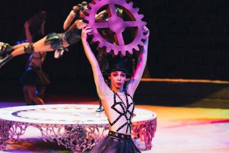 Photo pour KYIV, UKRAINE - 1er NOVEMBRE 2019 : Mise au point sélective des danseurs performant avec des accessoires au cirque - image libre de droit