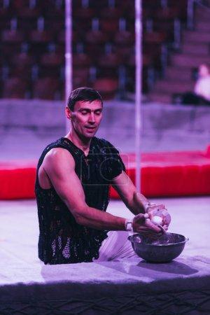 Photo pour KYIV, UKRAINE - 1er NOVEMBRE 2019 : Gymnaste tenant de la magnésie avant de se produire au cirque - image libre de droit