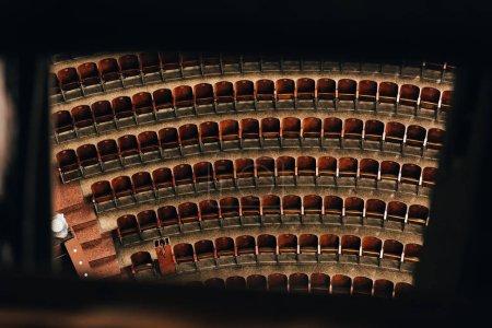Photo pour Vue à grand angle des rangées de sièges vides dans le cirque, mise au point sélective - image libre de droit