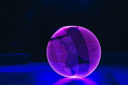 Photo pour Cercle de néon rose sur fond noir - image libre de droit