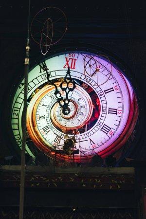 Horloge murale vintage avec éclairage au cirque