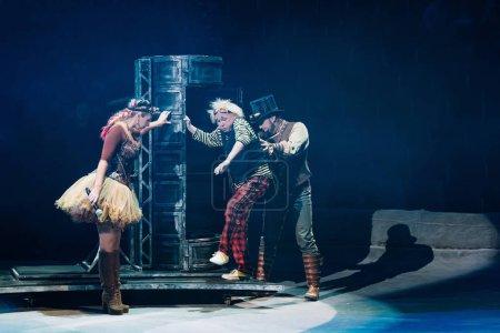Photo pour KYIV, UKRAINE - 1er NOVEMBRE 2019 : Vue de côté d'artistes se produisant avec des accessoires au cirque - image libre de droit
