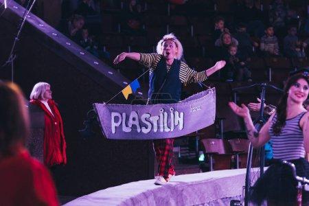 Photo pour KYIV, UKRAINE - 1er NOVEMBRE 2019 : Mise au point sélective d'artistes avec accessoires sur scène de cirque - image libre de droit