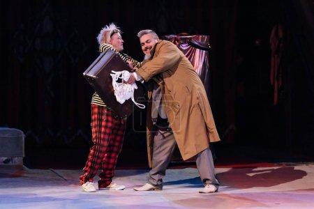 Photo pour KYIV, UKRAINE - 1er NOVEMBRE 2019 : Artistes performant avec valise au cirque - image libre de droit
