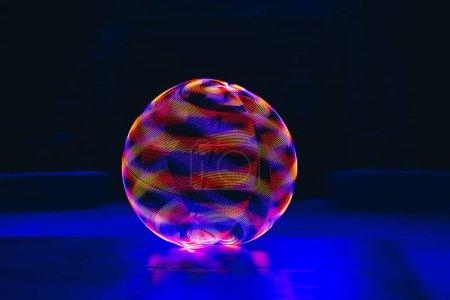 Photo pour Cercle de néon coloré sur fond noir - image libre de droit