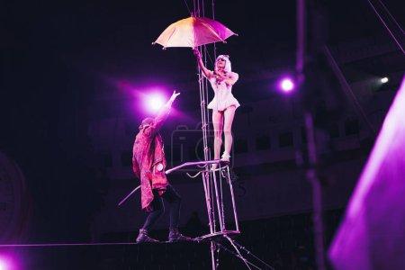 Photo pour KYIV, UKRAINE - 1er NOVEMBRE 2019 : Acrobats performant avec parapluie et équilibrage sur corde au cirque - image libre de droit