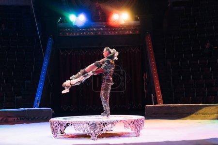 Photo pour KYIV, UKRAINE - 1er NOVEMBRE 2019 : Vue latérale des acrobates sur patins à roulettes se produisant sur scène de cirque - image libre de droit