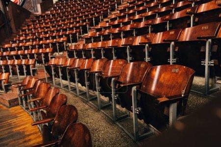 Foto de Asientos de madera en anfiteatro en circo - Imagen libre de derechos
