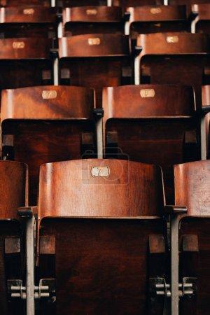 Photo pour Mise au point sélective de sièges en bois vides avec numéros dans le cirque - image libre de droit