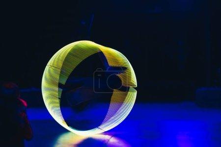 Photo pour Lumière au néon vert en forme de cercle sur fond sombre - image libre de droit