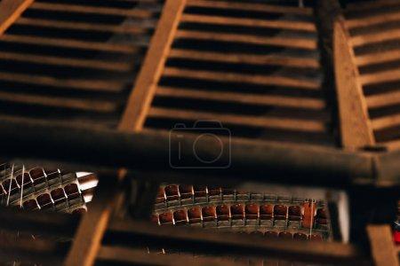 Photo pour Vue grand angle des constructions en bois et des sièges vides dans le cirque, mise au point sélective - image libre de droit
