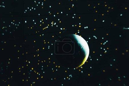 Photo pour Boule de miroir brillante avec lumières sur fond noir - image libre de droit