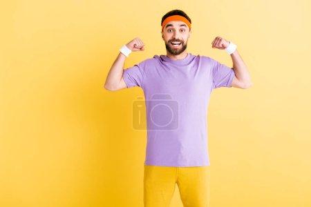 Photo pour Excité vainqueur d'un bandeau célébrant en jaune - image libre de droit
