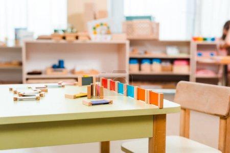 Photo pour Concentration sélective du jeu éducatif sur la table à l'école montessori - image libre de droit