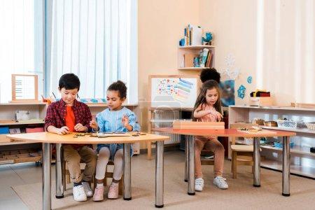Foto de Niños jugando durante la clase en la escuela montessori. - Imagen libre de derechos