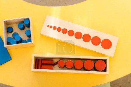 Photo pour Vue du dessus du jeu éducatif en bois sur le bureau en classe - image libre de droit