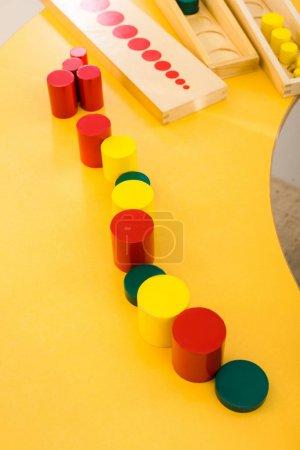 Photo pour Vue grand angle du jeu éducatif sur bureau jaune en classe - image libre de droit