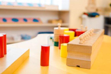 Photo pour Concentration sélective des jeux de société éducatifs sur le bureau en classe - image libre de droit