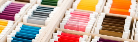 Photo pour Plan panoramique de jeu éducatif coloré dans des boîtes en bois - image libre de droit