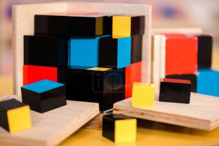 Photo pour Concentration sélective de blocs de construction colorés sur la table - image libre de droit
