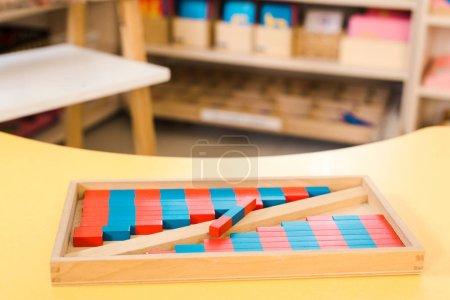 Photo pour Concentration sélective du jeu éducatif avec des blocs de bois colorés sur le bureau - image libre de droit