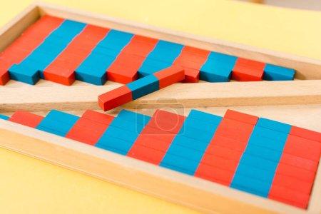 Photo pour Concentration sélective du jeu de société en bois sur la table en classe - image libre de droit