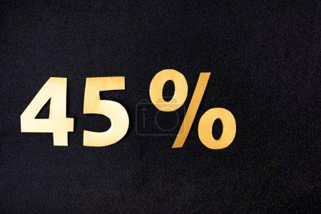 Foto de Vista superior de oro 45 por ciento signos sobre fondo negro - Imagen libre de derechos