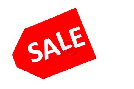 Photo pour Vue du dessus de l'étiquette de prix rouge avec le lettrage de vente isolé sur blanc - image libre de droit