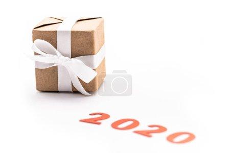 Photo pour Numéro rouge 2020 presque cadeau avec ruban isolé sur blanc - image libre de droit