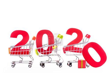Photo pour Rouge numéro 2020 dans les paniers isolés sur blanc - image libre de droit