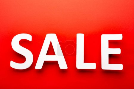 Photo pour Vue du haut de l'étiquette de prix avec vente lettrage isolé sur rouge - image libre de droit