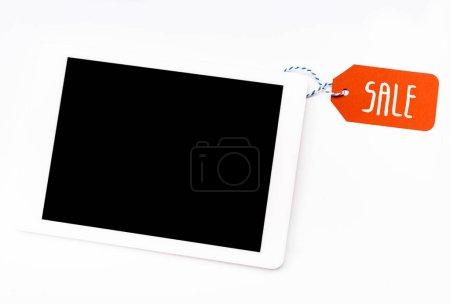 Photo pour Vue du dessus de la tablette numérique avec écran blanc avec étiquette de prix rouge avec lettrage de vente isolé sur blanc - image libre de droit