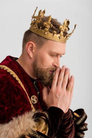 Photo pour Vue latérale du roi avec la couronne prière isolée sur gris - image libre de droit