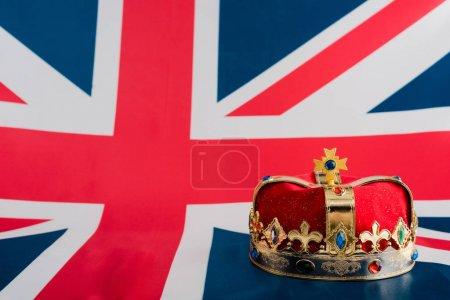 Photo pour Golden crown on british flag with copy space - image libre de droit