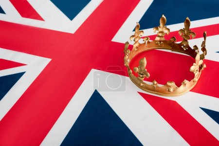 Photo pour Vue à angle élevé de la couronne dorée sur le drapeau britannique - image libre de droit