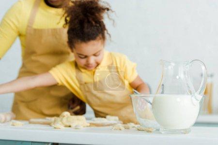 Photo pour Sélection du pot avec lait près du bol et mignonne mignonne mignonne mignonne mignonne mignonne mignonne - image libre de droit