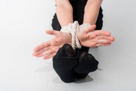 Photo pour Crochet vue d'une femme aux mains liées sur le concept blanc des droits de la personne - image libre de droit
