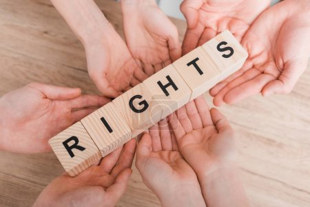 Photo pour Vue du dessus du groupe tenant des cubes en bois avec lettrage de droits - image libre de droit