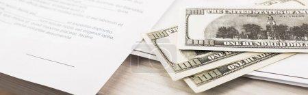 Photo pour Photo panoramique des billets en dollars près des documents et stylo sur le bureau - image libre de droit