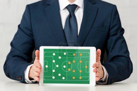 Foto de Vista panorámica de los hombres de negocios que tienen tableta digital con juegos en pantalla en blanco. - Imagen libre de derechos