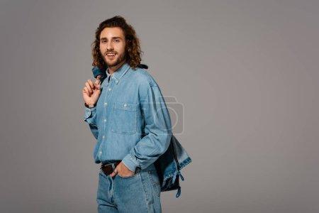 Photo pour Homme souriant en chemise et jeans en denim veston isolés sur gris - image libre de droit