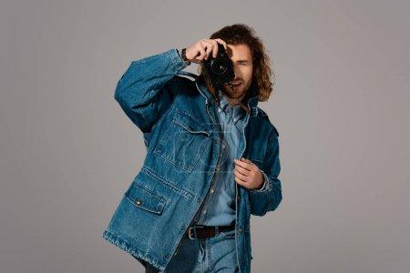 Photo pour Bel homme élégant vêtu d'une veste en denim photo isolée sur gris - image libre de droit