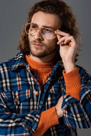 Photo pour Bel homme en chemise et lunettes regardant loin isolé sur gris - image libre de droit