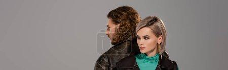 Photo pour Photo panoramique d'une femme en gilet et d'un homme en veste de cuir isolés sur gris - image libre de droit