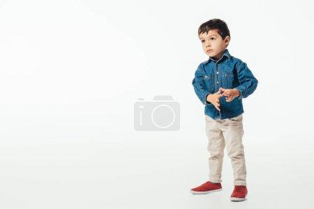 Photo pour Mignon garçon en denim chemise regardant loin sur fond blanc - image libre de droit