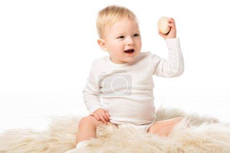 Photo pour Mignon garçon tenant oeuf avec bouche ouverte isolé sur blanc - image libre de droit